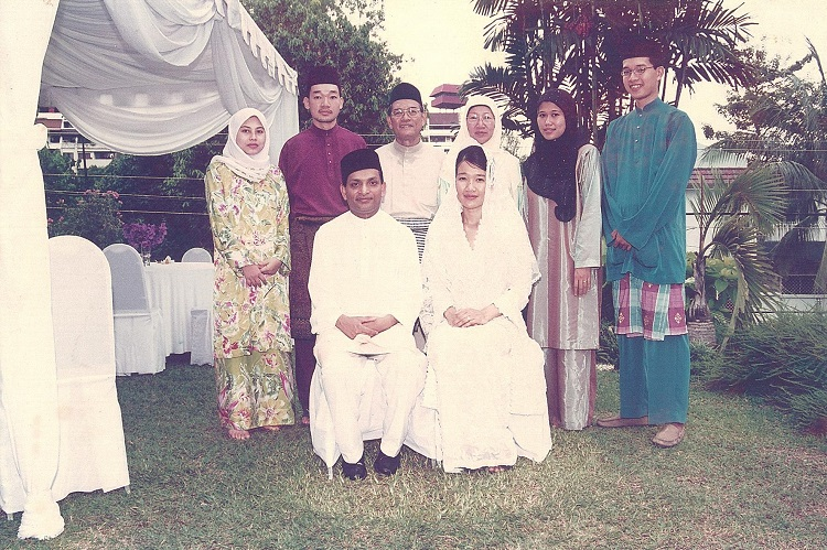 Dato-and-Datin-with-children.jpg